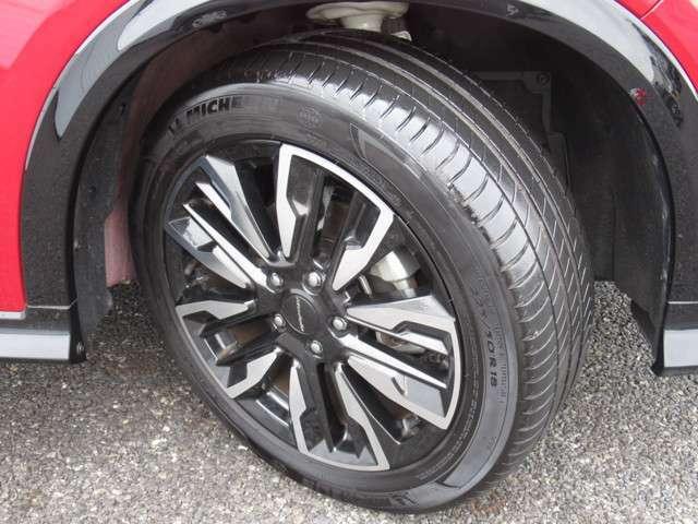 タイヤは ミシュラン PRIMACY 3 6分山程度 2019年製がついています。そして足元を精悍に引き締めるホンダ純正18インチアルミホイール、おしゃれは足元から、カッコイイですね!