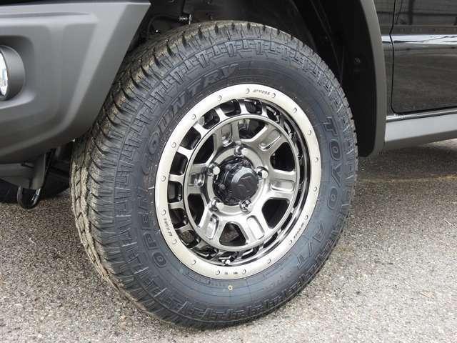 ホイールはWORK社のTグラッグIIモデル16インチを装着いたしました。タイヤはTOYOタイアのオープンカントリーA/Tを装着しております。
