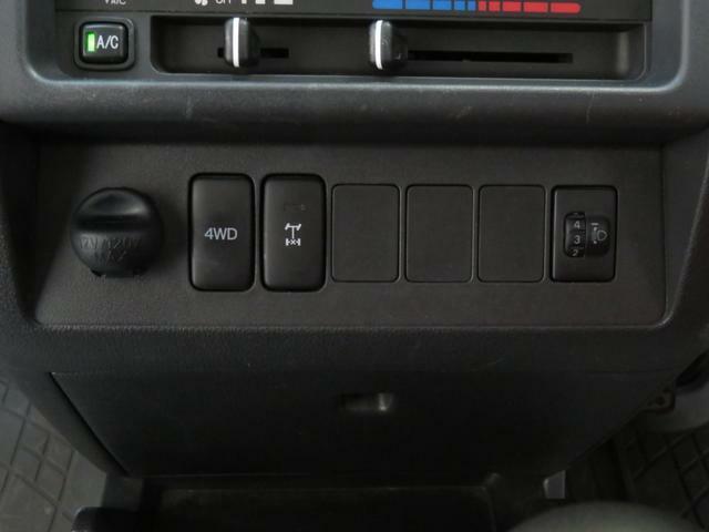 4WD切り替えスイッチとデフロックスイッチ付きです。