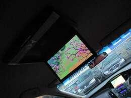 社外フリップダウンモニターが装備されております♪フルセグTV+DVDの視聴が出来ますので大人数でお楽しみ頂けます♪小さなお子様にも嬉しい装備です♪長距離の移動も快適ですね♪