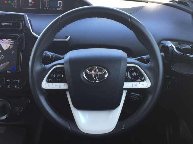 握りやすい革巻きステアリングなので、運転がしやすいです。