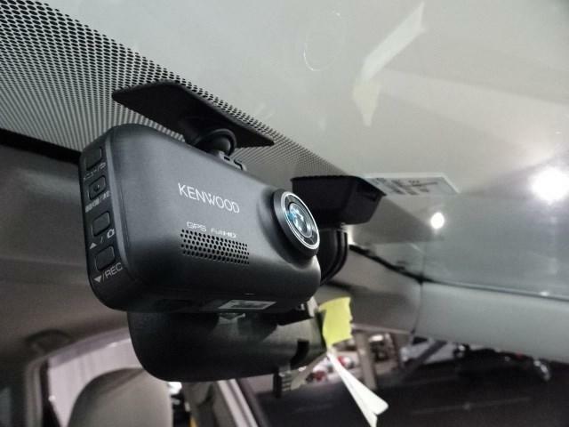 運転席から見えない後方を映してくれるバックカメラ。例えば後方にある花壇や自転車、車輪止め、かがんでいる子供もハッキリ確認出来ます。ガイド付きなら目測もサポートしてくれて更に安心出来ます。