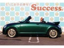 【ロータリー駐車場】 お客様に支持され、稲沢店に続き2号店をオープン! 当店は、お車でお越しの方のため、ロータリーがある駐車場となっております。