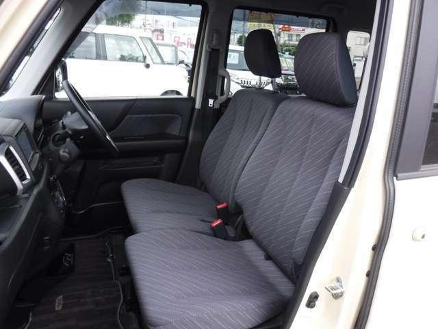 運転席と助手席の様子 運転席にはシートリフターが付いており身長に関係なくポジションをとることが出来ます!