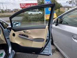 <運転席ドア>定番のヒンジ式