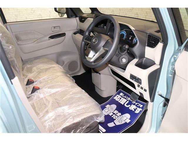 良好な視界とスムーズな乗り降りを実現した運転席。運転席はアイポイントを高くし視界良好です。体格に合わせてシートの位置をきめ細かく調節できるので、いつでも最適な運転姿勢をキープ。操作も軽く、ラクラクで