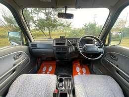 運転席は広く、軽自動車でもストレスなく運転できます♪