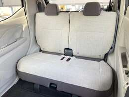リヤシートは、下肢のサポート感を含め、ソファのような座り心地とし、上質感あふれる快適な居住空間を実現