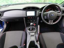 内装のインテリアパーツがスポーティなカーボン調へ変更されております。