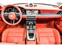立体的なLEDリアライト、リアグリルに統合されたブレーキライト、電動調節、電動格納エクステリアミラー、ヒータ機能つき、2ゾーンオートエアコン(運転席/助手席 個別温度設定可能)、グリーンティンテッド断熱ガラス