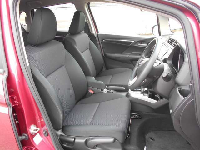 すわり心地の良い運転席・助手席です。長時間のドライブの疲れ軽減に貢献します。どうぞ快適なドライブを♪