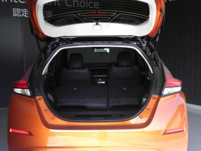お荷物の量や乗車人数に合わせて使えるリヤシートは、ご覧のとおり倒すことで、広々したラゲッジルームで便利です。