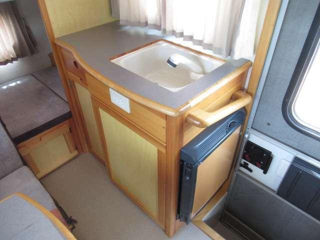 シンクは使いやすい高さに配置!冷蔵庫はベット展開した際に開けやすいように工夫されております!