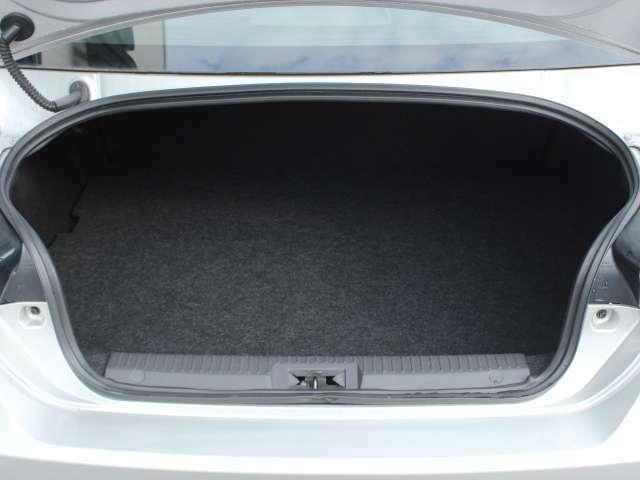 広々と使えるラゲッジスペース!後部座席を倒せばタイヤを4本積むことができるほど広いスペースを確保できます!