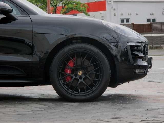 ブレーキ:フロント6ピストンモノブロックキャリパー リアシングルピストンフローティングキャリパー レッドブレーキキャリパー 4輪ベンチレーテッドディスク オートスタート/ストップ機能 コースティング機能