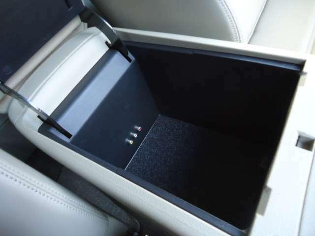 肘掛の収納ボックス下段です。