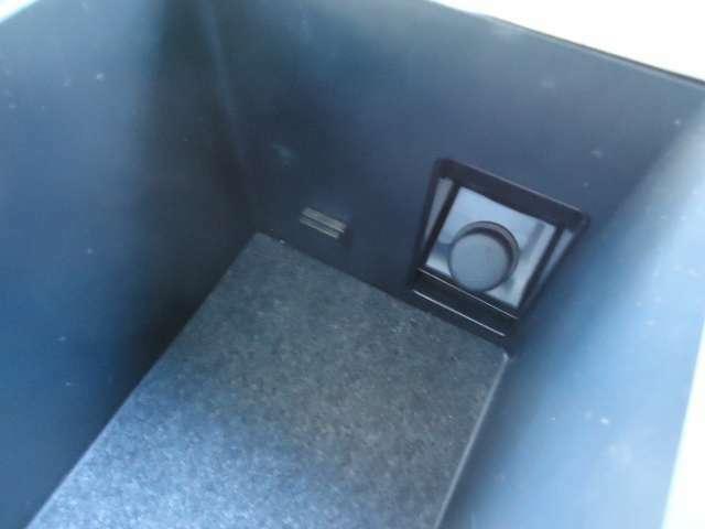 収納ボックス内にソケット付です。
