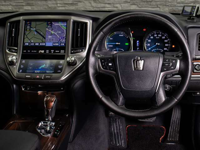 ステアリング周りは高級車ならではの雰囲気を演出!!ドライバー重視のハンドリングのし易さは必見です!!