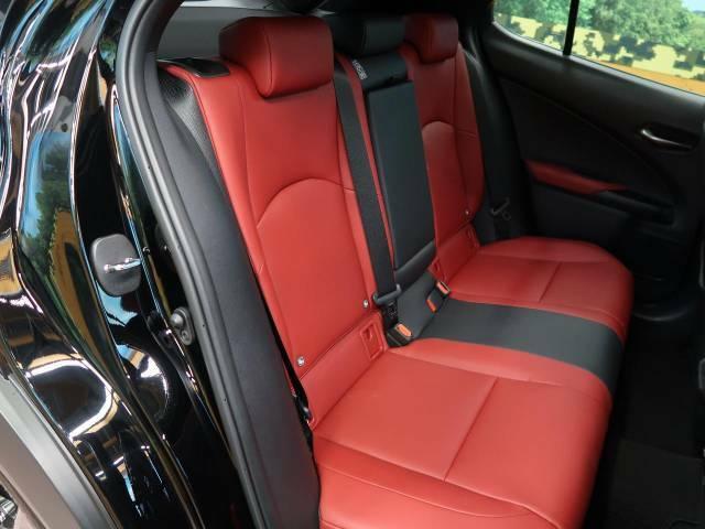 後部座席も気になるようなキズ・汚れやへたり等、大きなダメージはなく、良好な状態です。