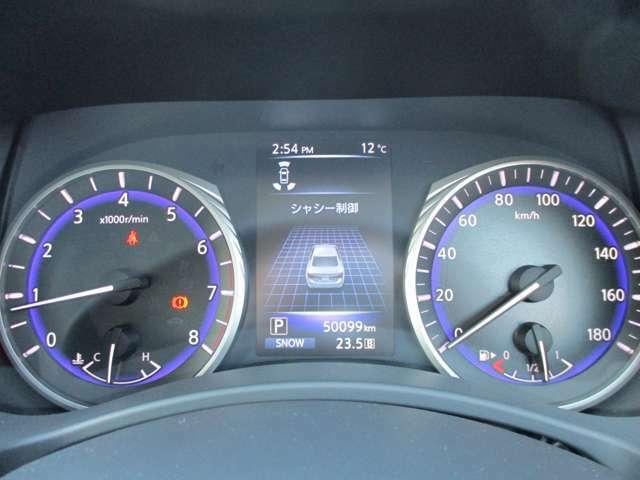 シンプルで見やすいメーターと車両情報等を表示してくれる専用ディスプレイ!