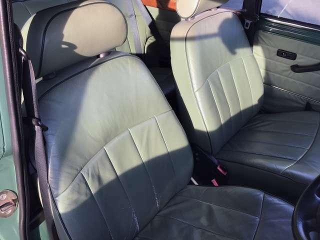 運転席にぜひ一度お座りください。小さなミニなのに意外と広い運転席に驚かれると思います。