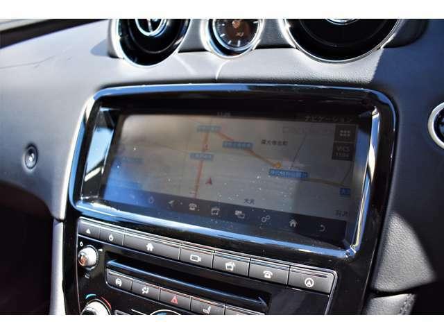 インストルメントパネルには10インチタッチスクリーンを装備。スマートフォン同様の直感的な操作性が可能でTVチューナー・ナビゲーションシステムも装備されています。