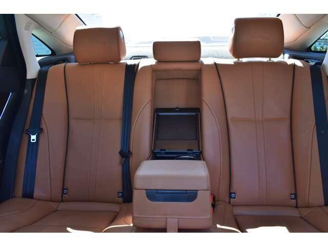 後席のアームレストを倒すとカップホルダーも使用できます。