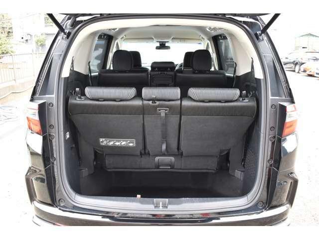 リヤシートを格納すれば大きな荷物も楽々収納出来ます。