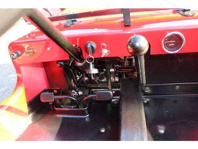 ガソリン車・タンク容量3,8L・ブレーキ形式前輪ダブルディスク・後輪シングルディスク・セミオート(前進3段・後進1段)・セル式・LEDヘッドランプ・Fスクリーン・背面タイヤ・背もたれ付ベンチシート標準装備!
