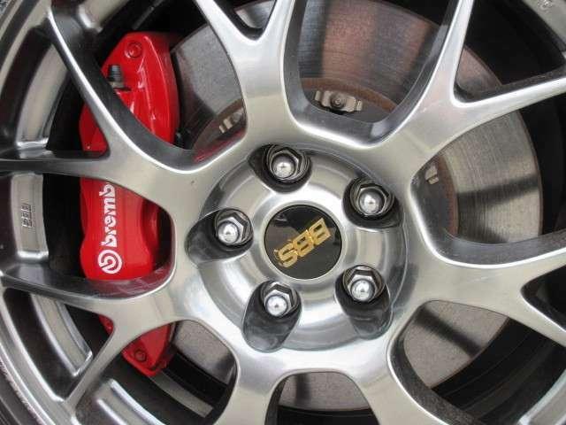 純正BBS18インチ鍛造アルミ&前後ブレンボキャリパーのコンビネーション♪ スポーツカーならではのブレーキをサポートしてくれます♪