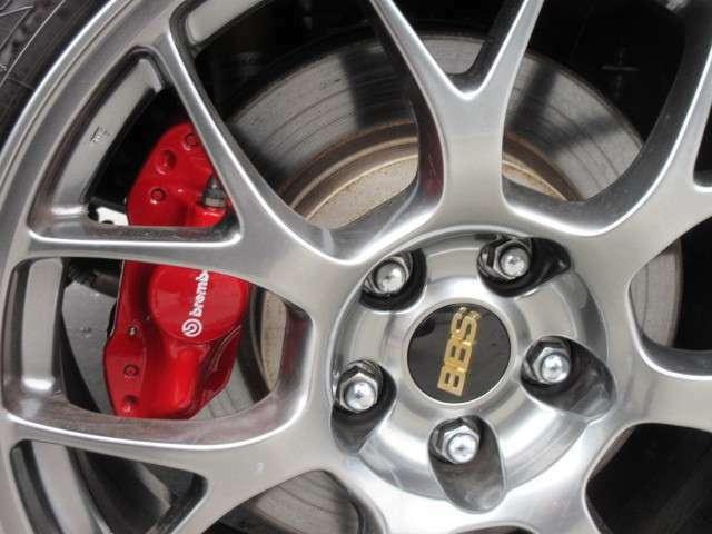 純正BBS鍛造18インチアルミ&ブレンボキャリパー付き♪スポーツカーならではのブレーキをサポートしてくれます♪