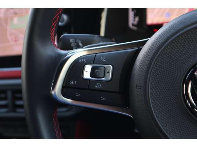 クルーズコントロールにレーダーセンサーを組み合わせたシステム。高感度なレーダーにより先行車を測定。設定のスピードを上限に自動で加減速を行い、一定の車間距離を維持することで疲労を低減させます。