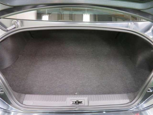 後列シートを倒せば荷室が広がり、長さのある荷物も入れられます。