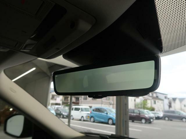 ◆【クリアサイトルームミラー】ランドローバー初採用のテクノロジー。車体に装備したカメラによる後方映像がルームミラーに映し出されます。車両後方の様子をはっきりと確認できます。