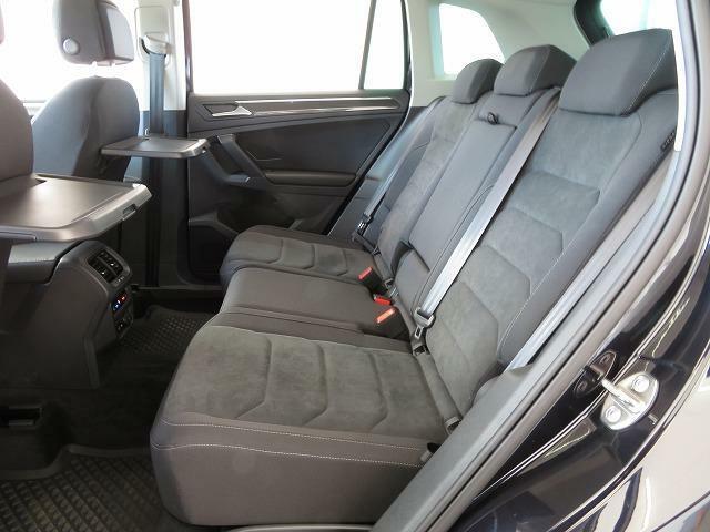 後席もサルーンのような広さを誇り快適。前席のシートバックには折り畳み式のテーブルが装備され快適性をより高めてくれます♪