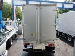 荷台の詳細と致しまして、最大積載量2,000kg、荷台内寸は、長さ:338cm 幅:178cm となっております。また、荷台の地上高は75cmです。なお荷台は木製張りとなります。