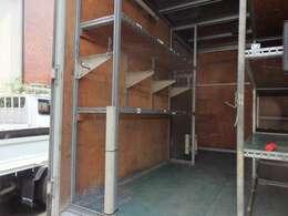 荷台後ろ開口部の詳細と致しまして、幅:177cm 高さ:198cmとなっております。ボディはパブコ製です!荷室は棚がついておりますので荷物も整理できます。室内灯も装備されております!!