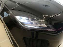 LEDヘッドライト(シグネチャーDRL付)(41,000円)「フロントフェイスを際立たせるシグネチャーデイタイムランニングライト(DRL)を備えたLEDヘッドライト。」