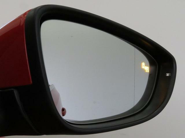 リアバンパーに内蔵されたセンサーを使用し、側面および後方車両との車間距離と車速の差を測定します。ドライバーが方向指示器を操作するとドアミラーに内蔵された警告灯が点滅しドライバーに注意を促します。