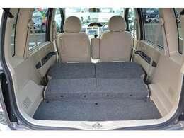 後部座席を倒すと、荷室スペースがしっかり確保できます。
