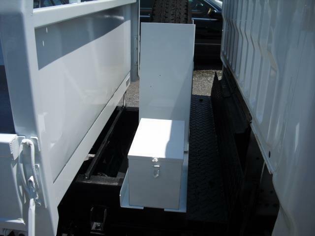 アトラストラックの特徴の一つがたっぷり場所をとったスペアタイヤスペース。小ぶりながら物入箱も備えています