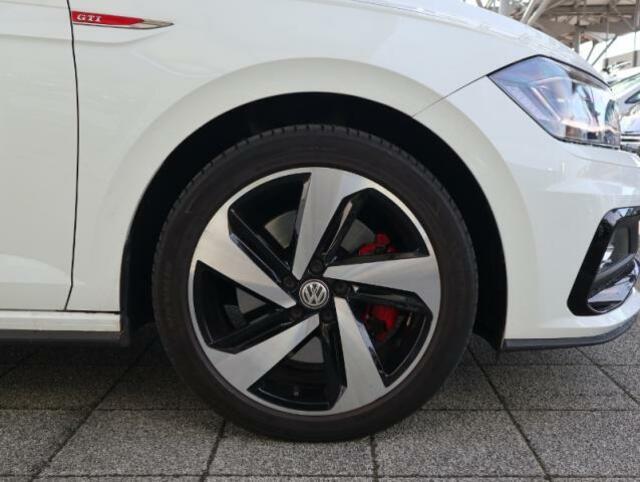 215/40R17 GTI専用アルミホイール。赤いブレーキキャリパーがよりスポーティーに演出してくれます。