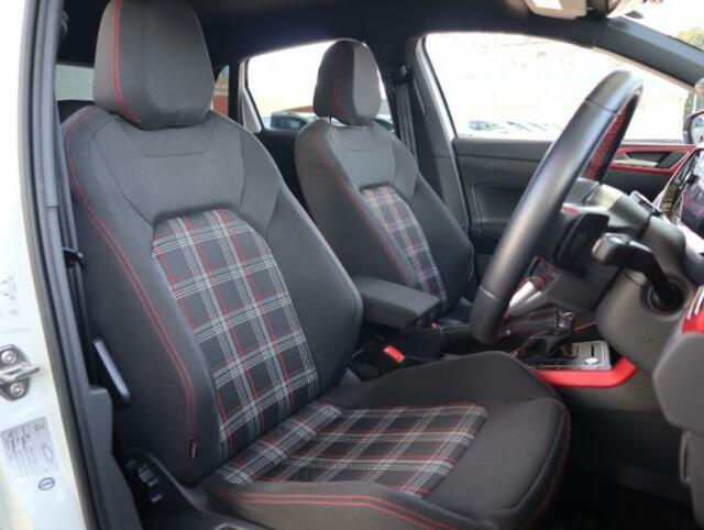 「クラーク柄」と呼ばれるGTI専用のタータンチェックのシートはホールド性に非常に優れ長時間の運転でも疲れにくい設計です。