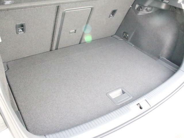 ラゲージルームは十分な広さです。床板の位置も2段階で調整可能で、大きな荷物のときも安心です。