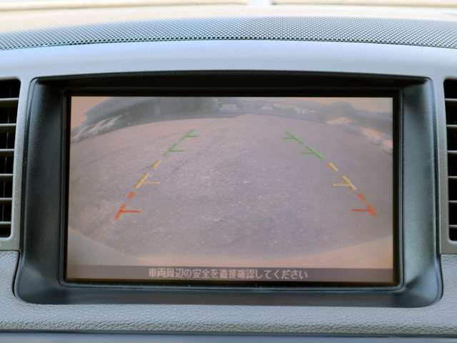 【バックカメラ】バックカメラを装備しております。後方の死角をしっかりカバー。イドガラインもついておりますので、駐車も楽々できます。