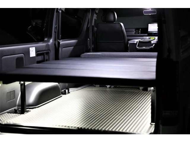 クッション性の良い4分割式ベットキット。床張りLINES PROダイアモンドガンメタとリブートオリジナル間接照明。ベットキットは取り外し可能です。