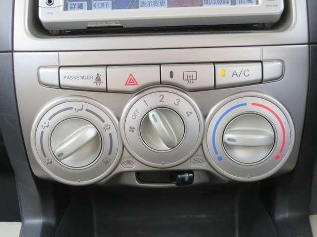 マニュアルエアコンは使いやすい3つのダイヤル式です。右から温度調節、風量、風向きの順番です!