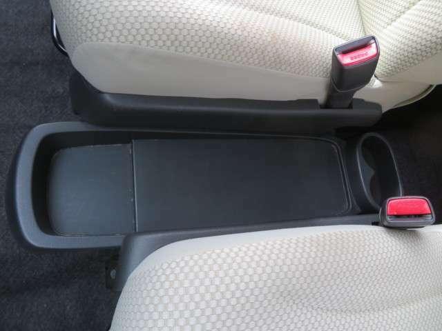 運転席と助手席の間にあるスペースには手を伸ばしてすぐに届くので使い勝手がとても良いです。