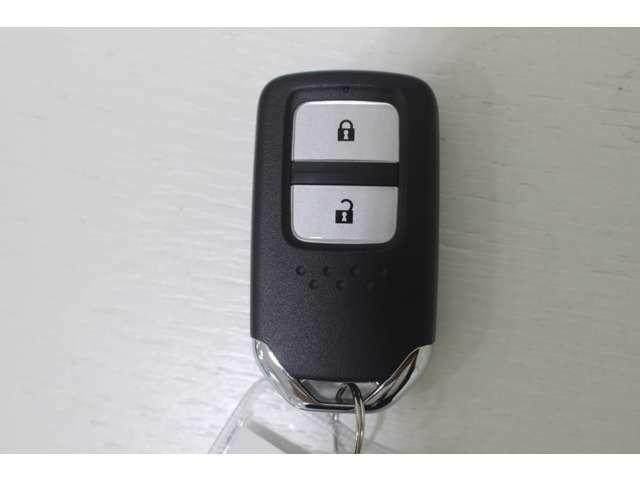 ドアの開け閉めやエンジン始動のわずらわしさも解消スマートキータイプです。 かばんやポケットに携帯するだけで、ドアの開け閉め・エンジンの始動が可能です。荷物が多くて手がふさがっている時などとても便利!