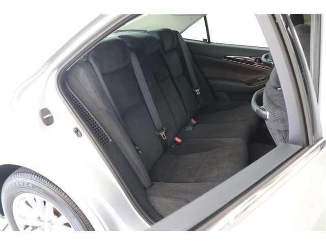 クラウンにとって「おもてなし」は当たり前。包まれるような安心感のあるシートをはじめ、後席足元空間は前席シートバック形状の工夫によってゆったりとくつろげるようになっております!